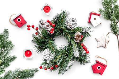 Weihnachtsdekorationen. Kranz und Spielwaren auf Draufsicht des weißen Hintergrundes Standard-Bild - 89907530