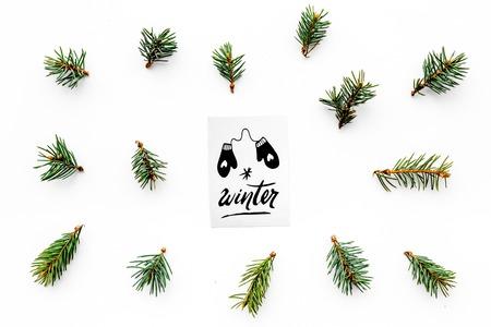 Hallo winterhand belettering met wanten pictogram. De winterpatroon met nette takken op witte hoogste mening als achtergrond