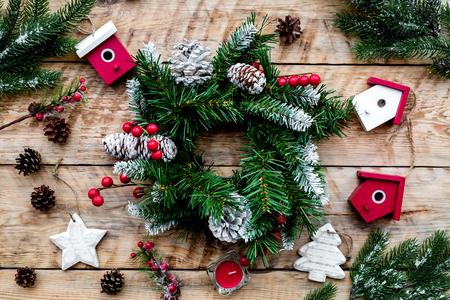 Dekoriere Haus für Weihnachten. Kranz und Spielwaren auf Draufsicht des hellen hölzernen Hintergrundes Standard-Bild - 89907472