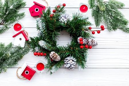 Dekoriere Haus für Weihnachten. Kranz und Spielwaren auf Draufsichtkonzept des weißen hölzernen Hintergrundes Draufsicht Standard-Bild - 89907484