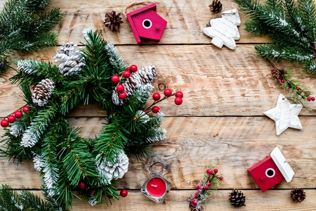 Dekoriere Haus für Weihnachten. Kranz und Spielwaren auf Draufsicht-Exemplar des hellen hölzernen Hintergrundes Draufsicht Standard-Bild - 89907410