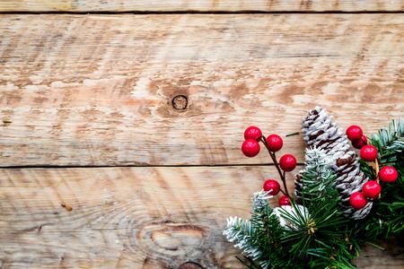 Weihnachtskranz gewebt von Fichtenzweigen mit roten Beeren auf hellem hölzernem Hintergrund Draufsicht copyspace Standard-Bild - 90064160