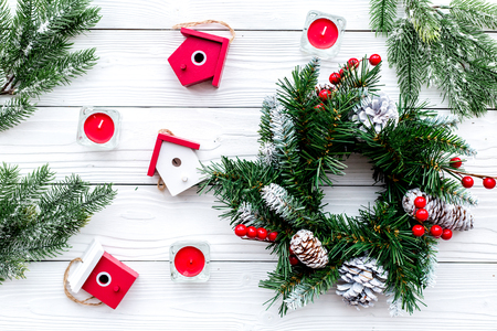Dekorieren Haus für Weihnachten . Kranz und Spielzeug auf weißem Hintergrund Draufsicht Standard-Bild - 90064164