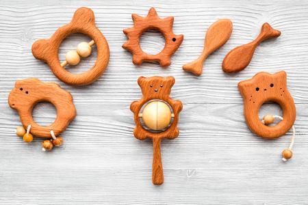 Juguetes hechos a mano de madera hechos a mano para recién nacido en la opinión superior del fondo de madera gris Foto de archivo - 90071044
