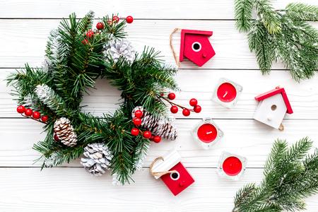 Dekorieren Haus für Weihnachten . Kranz und Spielzeug auf weißem Hintergrund Draufsicht Standard-Bild - 90185933