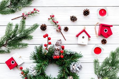 Dekorieren Haus für Weihnachten . Kranz und Spielzeug auf weißem Hintergrund Draufsicht Standard-Bild - 90185935