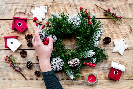Dekorieren Haus für Weihnachten . Kranz und Spielzeug auf hellen hölzernen Hintergrund Draufsicht Standard-Bild - 90186006