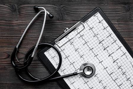Om hartziekte te diagnosticeren. Cardiogram, stethoscoop op witte achtergrond bovenaanzicht