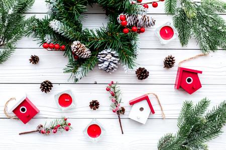 Dekoriere Haus für Weihnachten. Kranz und Spielwaren auf Draufsicht des weißen hölzernen Hintergrundes. Standard-Bild - 90405641