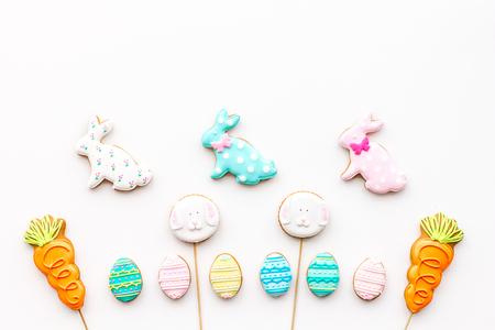 Snoepjes voor Pasen vieren. Peperkoek in vorm van paashaas en paaseieren. Witte achtergrond bovenaanzicht.