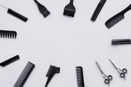 Apparatuur voor schoonheidssalons. Hairdress en kapsel. Kammen, sciccors, borstels op grijze achtergrond bovenaanzicht.