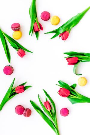 봄 선물. 꽃과 과자. 흰색 배경 평면도에 튤립과 과자 마카롱 복사 공간 스톡 콘텐츠