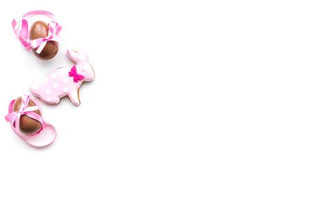 Süßigkeiten für Ostertisch. Schokoladeneier nähern sich Plätzchen in Form des Osterhasen auf Draufsicht des weißen Hintergrundes. Standard-Bild - 94963516
