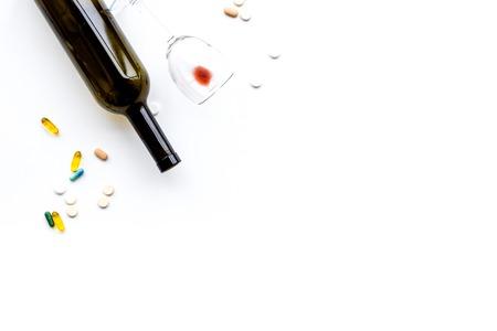 アロコホール乱用とアルコール依存症治療の概念.白い背景の上のビューにメガネ、ボトルやメシンの丸薬。 写真素材