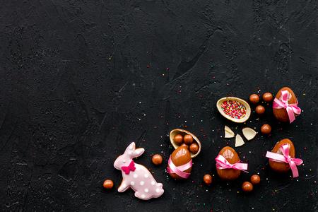 Ostern Süßigkeiten . Traditionelle Ostern Zeichen und Symbole . Ostereier Ostern und Ostereier Pinsel . Schwarzer Hintergrund Draufsicht Standard-Bild - 95414079