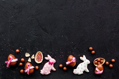 Ostern Süßigkeiten . Traditionelle Ostern Zeichen und Symbole . Ostereier Ostern und Ostereier Pinsel . Schwarzer Hintergrund Draufsicht Standard-Bild - 95505995
