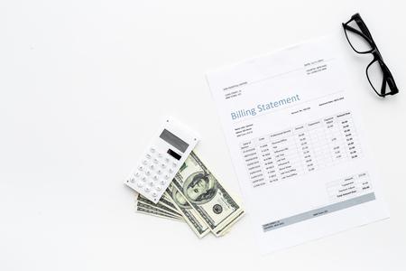 Betaal rekeningen en belastingen. Factuuroverzicht, rekenmachine, geld op witte achtergrond bovenaanzicht.
