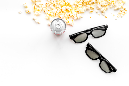 Cinema background. Snacks for film watching. Popcorn, glasses, drink on white background top view. 스톡 콘텐츠