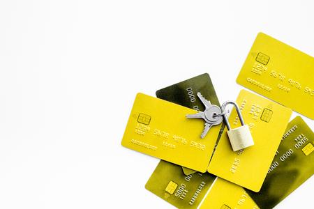 電子支払い保護。ロックの近くの銀行カードと白い背景トップビューのコピースペースのキー