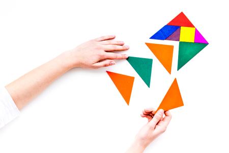 Solutions d'affaires, succès et stratégie. Puzzle avec des morceaux de papier sur le bureau bureau fond blanc vue de dessus maquette Banque d'images - 97415402