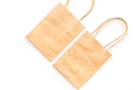 Brown kraft paper bag for shopping on white background top view copy space mockup 版權商用圖片 - 98171717