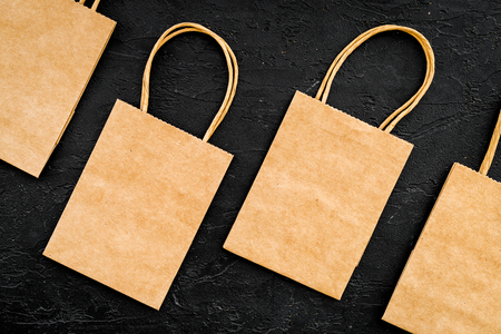 Brown kraft paper bag for shopping on black background top view mockup 版權商用圖片 - 98171829
