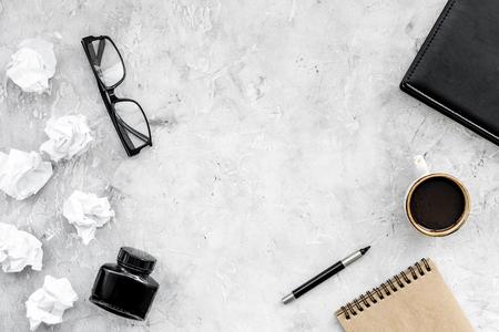 Schriftsteller Arbeitsplatz mit Werkzeugen für die Arbeit am Steintisch Hintergrund Draufsicht Modell Standard-Bild - 98379369