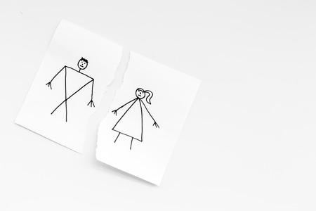 離婚または崩壊の概念。白い背景の上面図コピースペースに描かれた男女との紙の破れたシート 写真素材