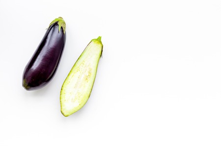 Layout of fresh sliced eggplant on white background top view copy space Stockfoto