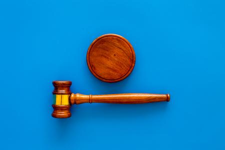 Recht en rechtbank. Advocaat, advocaat, rechter concept. Rechter hamer op blauwe achtergrond bovenaanzicht kopie ruimte