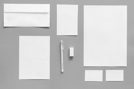 Mockup-sjabloon voor merkidentiteit. Witte briefpapier op grijze achtergrond bovenaanzicht. Patroon