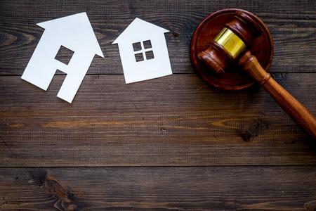 Recorte de la casa cerca del mazo del juez en el espacio de copia de vista superior de fondo de madera oscura. Ley de vivienda. División de propiedad. Subasta inmobiliaria
