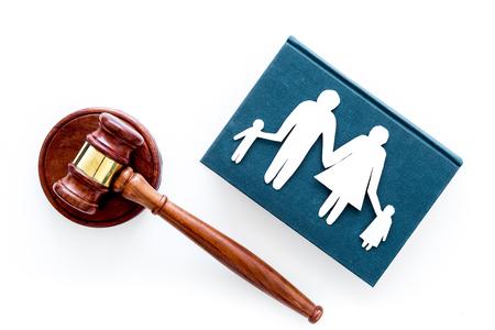 Diritto di famiglia, concetto di diritto di famiglia. Concetto di custodia dei figli. Famiglia con bambini intaglio vicino al martelletto della corte su sfondo bianco vista dall'alto lo spazio della copia
