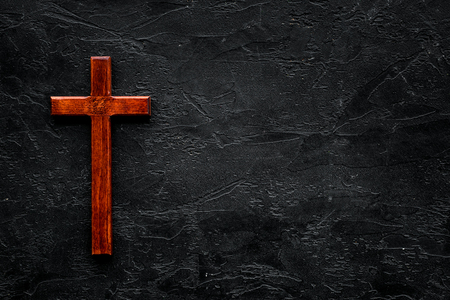 Funeral concept. Wooden cross on black background top view copy space Banco de Imagens - 112254732