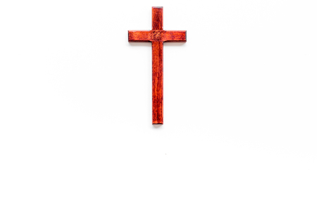 Funeral concept. Wooden cross on white background top view space for text Zdjęcie Seryjne - 112333577
