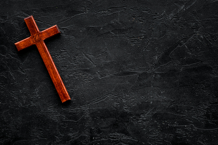Funeral concept. Wooden cross on black background top view copy space Banco de Imagens - 112469793