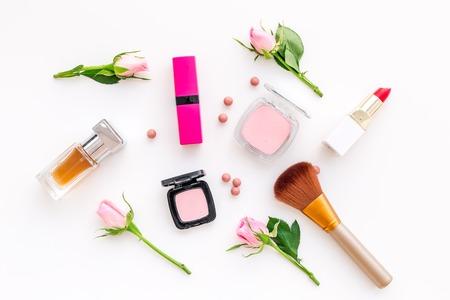 Productos de maquillaje para niñas sobre fondo blanco. Foto de archivo