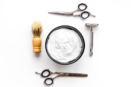 Instrumente des männlichen Friseursalons Draufsicht auf weißem Hintergrund