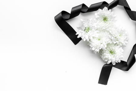 Funeral symbols. White flower near black ribbon on white background top view. Zdjęcie Seryjne - 112959371