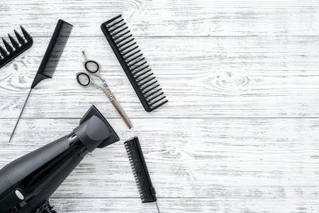 Satz professionelle Friseurwerkzeuge mit Kämmen auf grauem Holzhintergrund Draufsichtmodell