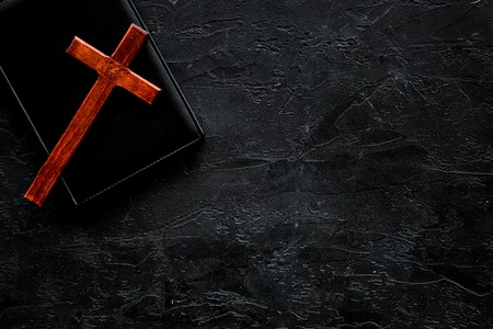 Farewell ceremony, funeral concept. Wooden cross on Bible on black background top view copy space Zdjęcie Seryjne - 113076237