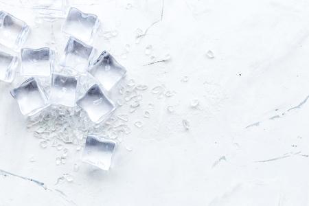 Acqua congelata in cubetti di ghiaccio sul modello di vista del piano d'appoggio della barra di marmo