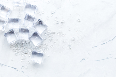 Agua congelada en cubitos de hielo en maqueta de vista superior de mesa de barra de mármol