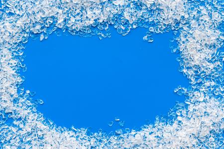 Abgestürzter Eiswürfelrahmen auf blauem Bartisch Draufsicht Mock-up