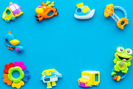 Handmade toys for newborn baby. Rattle. Blue background top view mockup. Foto de archivo - 113294631