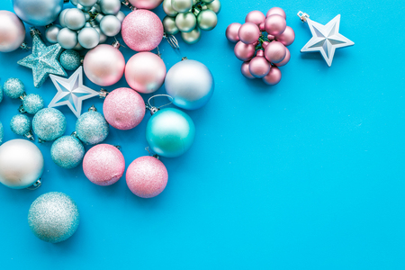 Toys for New Year tree 2019 background. Blue and pink balls and stars on blue background top view. Archivio Fotografico