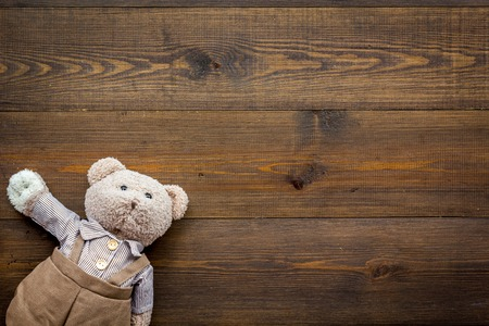 Baby care with craft toys for newborn. Teddy bear. Wooden desk background top view copy space Stockfoto
