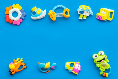 Handmade toys for newborn baby. Rattle. Blue background top view mockup Foto de archivo - 113743043