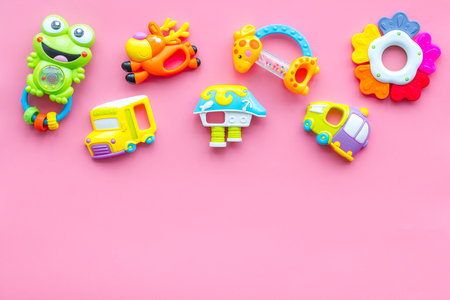 Handmade toys for newborn baby. Rattle. Pink background top view mockup Foto de archivo - 114196868