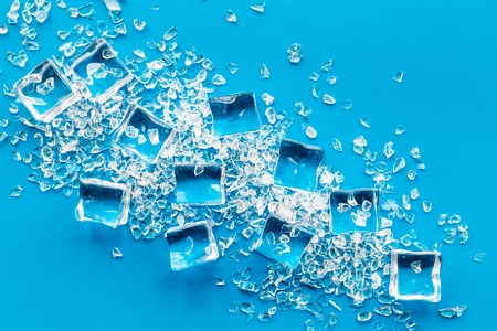 pile of ice cubes on blue bar table top view Stockfoto